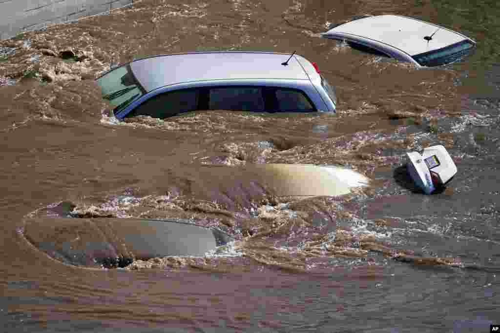 Filadelfiyada baş verən leysan yağışlar Şuylkil Çayının daşmasına səbəb olub. Nəticədə maşınlar suyun altında qalıb.