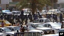 Yan sanda dauke da makamai suna sintiri a kan manyan titunan birnin Khartoum, inda dalibai suke zanga zangar kin jinin gwamnati. Jan 30, 2011.