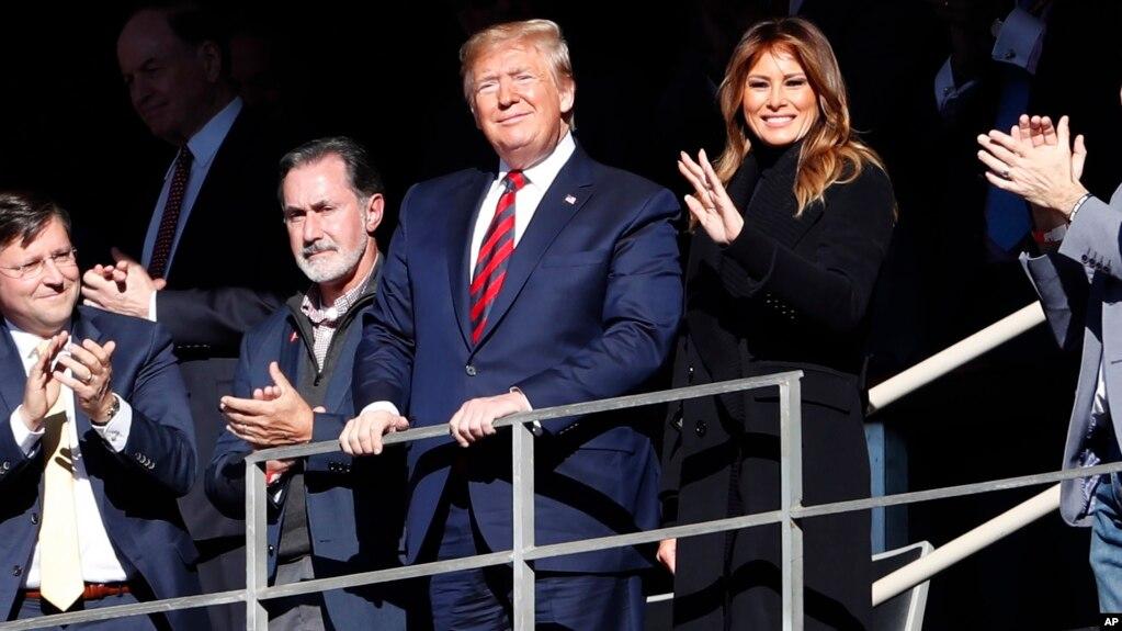 Президент США Дональд Трамп с супругой Меланией на футбольном матче в Алабаме