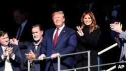 Президент США Дональд Трамп с супругой Меланией на футбольном матче в Алабаме (фото: AP/John Bazemore)