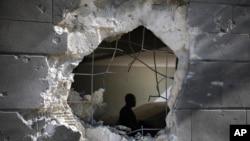 Seorang pria memeriksa rumah yang rusak pasca serangan roket Hamas dari Jalur Gaza di kota Ashkelon, Israel (foto: dok).