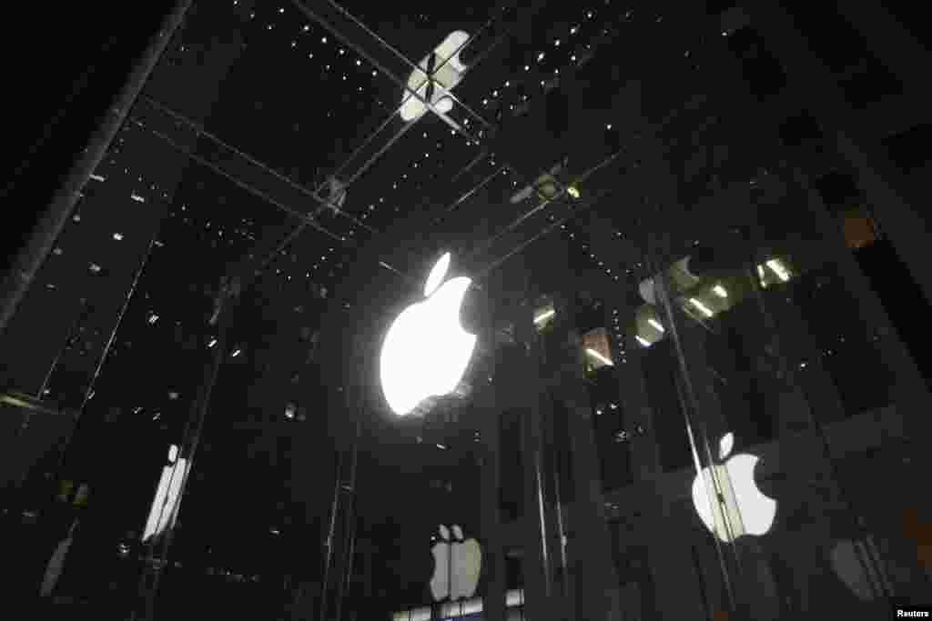 نیو یارک میں واقع ایپل اسٹور کی بلڈنگ کا ایک منظر