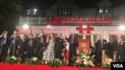 台湾驻美代表、美国在台协会主席莫健及宾客在台湾驻美代表处双橡园双十酒会中举杯庆祝(美国之音钟辰芳拍摄)