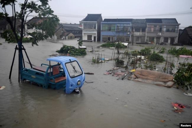 """台风""""烟花""""侵袭后,浙江省宁波洞桥镇一个洪水泛滥的村子。(2021年7月25日)"""