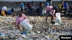 Para relawan membersihkan sampah-sampah yang berserakan di sepanjang pantai Manila, Filipina, 22 September 2018. (Foto: dok).