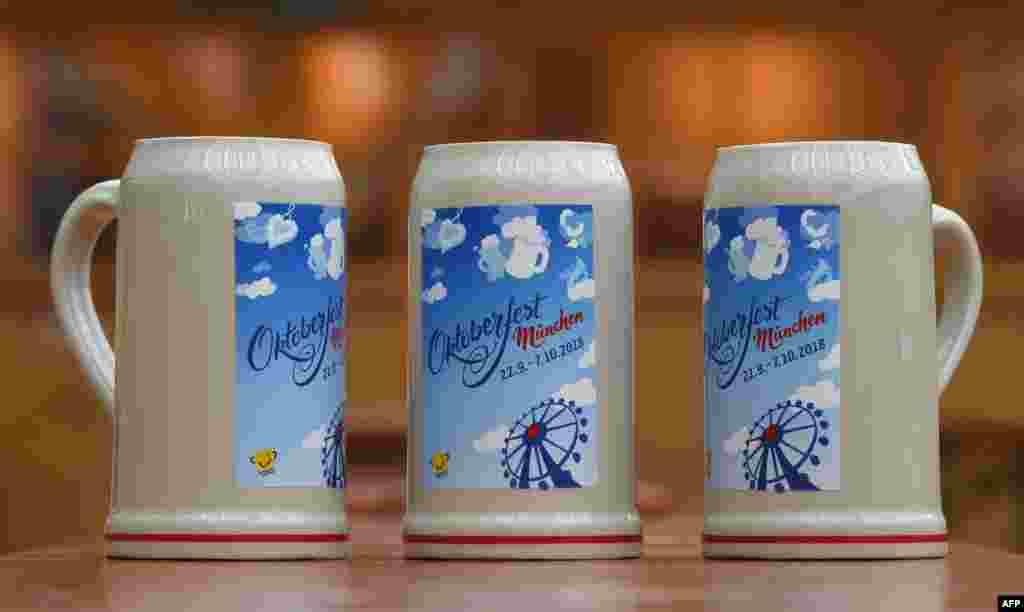 رونمایی از لیوانهای آبجو خوری در یک کنفرانس خبری به مناسبت فرا رسیدن فستیوال آبجوخوری اکتبر در مونیخ. فستیوال آبجو خوری اکتبر مونیخ آلمان بزرگترین در نوع خود در جهان است.