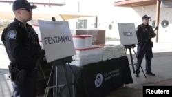 美国海关官员在2019年1月31日举行的一次新闻发布会上展示他们在一辆从墨西哥开往亚利桑那州的卡车里截获的芬太尼类药物。