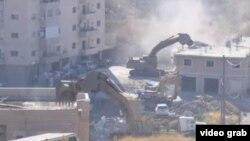 Para pekerja Israel mulai merobohkan puluhan rumah milik warga palstina di Yerusalem timur. (Photo: Videograb/AP).