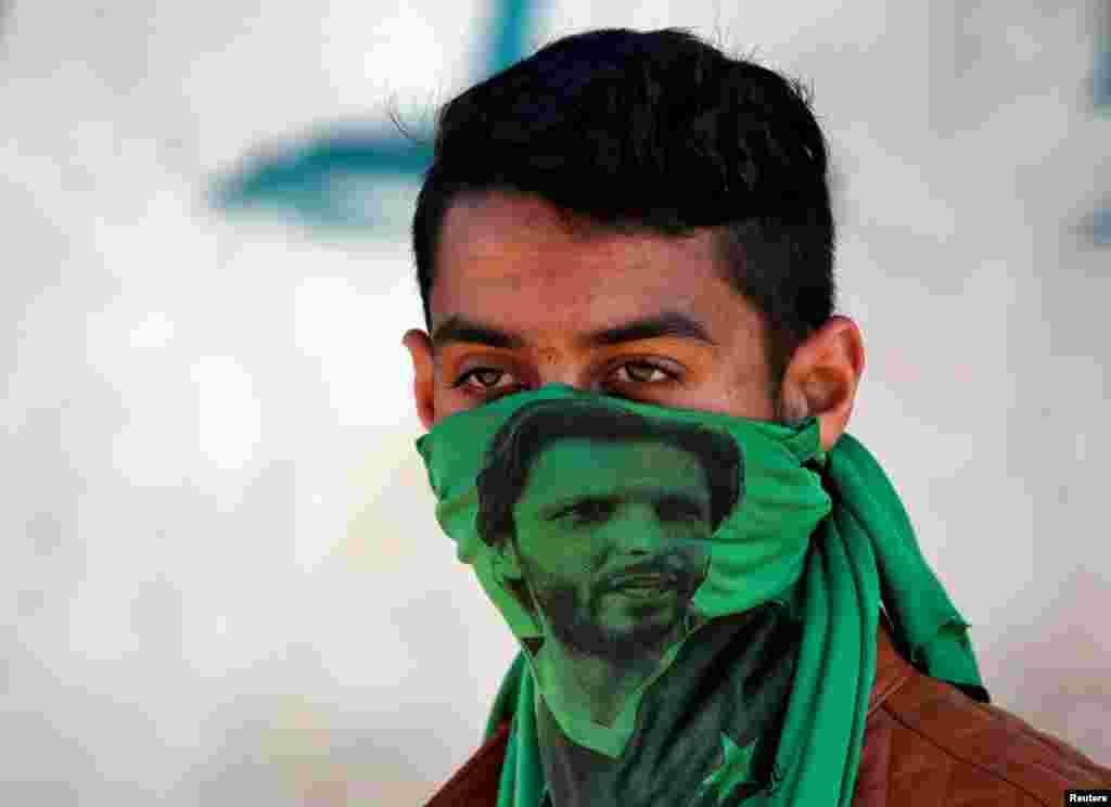 Demonstrant nosi masku sa likom bivšeg takmičara u kriketu Šahida Afridija, tokom protesta zbog nedavnih ubistava u indijskoj državi Šrinagar.