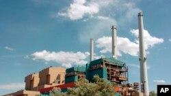 ARCHIVO- Estación Eléctrica Colstrip Steam en Colstrip, Montana. 28-4-10. (AP Foto/Matt Brown).