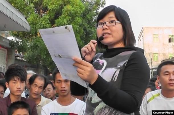"""陈素转2011年向村民宣读文件。她因""""擅自举行集会""""被判处三年徒刑。(庄烈宏提供)"""