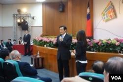 馬英九和中國醫藥大學學生進行座談(美國之音張佩芝拍攝)