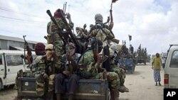 소말리아 모가디슈 북부에서 알샤바브 조직원들이 군사 행진을 하고 있다. (자료사진)
