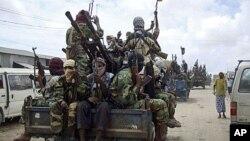 Askari wa Alshabab wakifanya mazoezi Somalia.