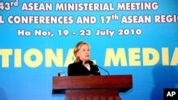 美國國務卿克林頓在河內對新聞界發表講話