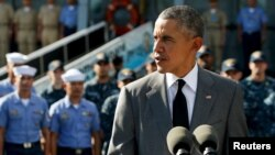Presiden Barack Obama memberikan pidato ketika mengunjungi kapal komando Angkatan Laut Filipina di pelabuhan Manila, Filipina, Selasa (17/11).