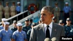 Presiden AS Barack Obama berpidato setelah melihat-lihat kapal Angkatan Laut Filipina BRP Gregorio Del Pilar di Pelabuhan Manila, Filipina (17/11). (Reuters/Jonathan Ernst)