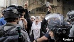 Polisi Israel menghalangi para perempuan Palestina memasuki kompleks masjid al-Aqsa di Yerusalem, hari Minggu (13/9).
