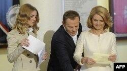Thủ tướng Ba Lan Donald Tusk cùng vợ và con gái bỏ phiếu trong cuộc bầu cử Quốc hội ở Warsaw, ngày 9/10/2011