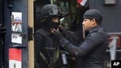 Polisi Mesir melakukan penjagaan di Lapangan Tahrir di Kairo (foto: dok). Polisi Mesir di bawah Presiden Abdel-Fattah el-Sissi, bertindak nyaris tanpa ampun.
