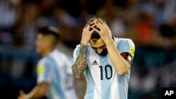 En esta foto del 23 de marzo de 2017, el argentino Lionel Messi reacciona después de perder la oportunidad de anotar durante un partido de clasificación para la Copa Mundial contra Chile en Buenos Aires, Argentina.