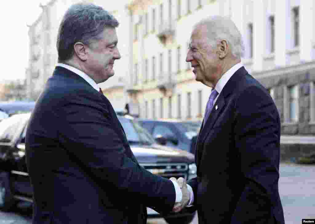 Ukraine's President Petro Poroshenko shakes hands with U.S. Vice President Joe Biden before their meeting in Kyiv, Nov, 21, 2014.