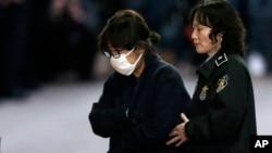 한국 박근혜 대통령의 오랜 친구이며 '비선실세'로 알려진 최순실 씨(왼쪽))가 지난 3일 서울 서초동 서울중앙지법에서 구속 전 피의자심문을 마친 후 호송버스로 가고 있다.