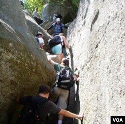Bebatuan terjal menanti para pendaki di sepanjang jalur pendakian.