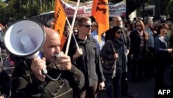 公用事业部门雇员11月13日在雅典市中心示威抗议预计中的裁员