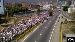Así luce una avenida de Caracas, este martes 4 de marzo, en otra jornada de marchas y manifestaciones. [Foto: Alvaro Algarra, VOA].