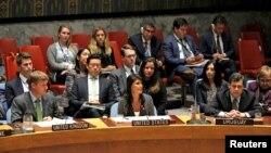 지난달 29일 북한의 탄도미사일에 대응하는 안보리 긴급 회의에서 니키 헤일리 미국 대사(가운데)가 발언하고 있다. (자료사진)