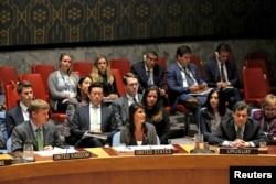 지난달 29일 북한의 탄도미사일에 대응하는 유엔 안보리 긴급 회의에서 니키 헤일리 미국대사(가운데)가 발언하고 있다