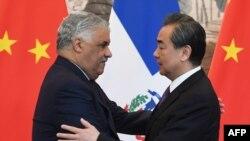 多米尼加共和国外交部长米格尔·巴尔加斯与中国外交部长王毅在两国正式建立关系的签字仪式上(2018年5月1日)。