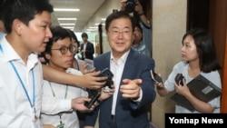 정의용 한국 국가안보실장이 3일 더불어민주당 우원식 원내대표와 면담을 마친 뒤 원내대표실을 나서며 기자들의 질문을 받고 있다.