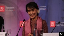 Aung San Suu Kyi saat berpartisipasi sebagai pembicara dalam diskusi di London School of Economics and Political Science di London (19/6).