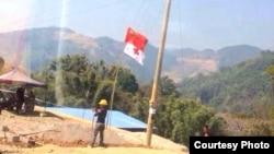 一面中国国旗在中缅边境难民营上空飘扬。(边民杨先生提供)