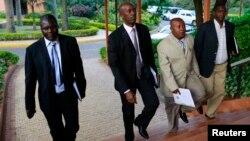 19일 반군조직 M23의 대표가 콩고민주공화국 정부와의 평화 협상장으로 들어서고 있다.
