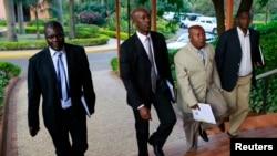 Rena Abandi (kedua dari kiri), kepala perundingan kelompok M23 tiba dalam perundingan di Kampala, Uganda.