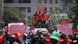 Wakenya wakiandamana kupinga ufisadi mbele ya Bunge na Mahakama ya Juu, Nairobi, Kenya, Mei 31, 2018.