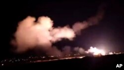 شام کی سرکاری خبر رساں ایجنسی کی جانب سے جاری کی جانے والی ویڈیو میں دمشق کے آسمان پر میزائلوں کو پرواز کرتے دیکھا جاسکتا ہے۔