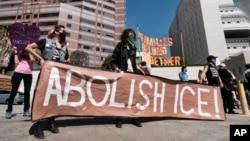 """지난 2일 로스엔젤레스의 '이민세관단속국(ICE)' 앞에서 트럼프의 이민정책에 반대하는 시위자들이 """"ICE를 폐지하라""""는 플래카드를 들고 서 있다."""