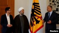 «محمود خلیلزاده» (وسط) از اعضای هیئت مدیره فدراسیون جمعیتهای شیعه آلمان است که به ضد یهودی بودن، شهرت دارد.