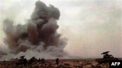 Cột khói bốc lên sau cuộc không kích bên ngoài thị trấn Brega