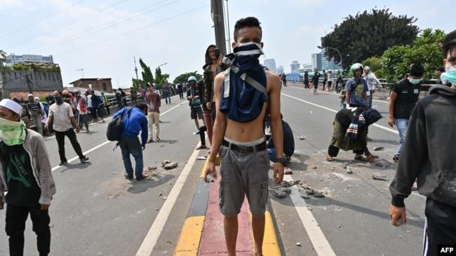 Pengunjuk rasa bentrok dengan polisi.