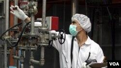 Seorang teknisi Iran bekerja di fasilitas Uranium di luar kota Isfahan yang terletak 410 km selatan dari Tehran.