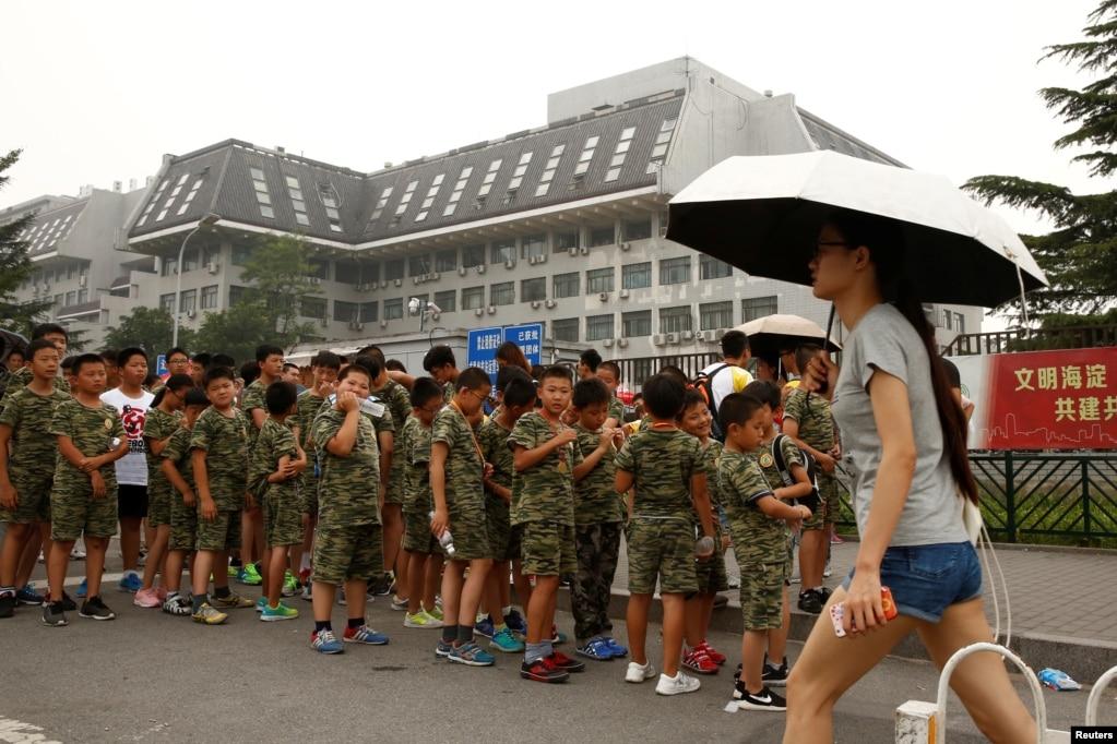 北京參加夏令營的孩子們等待參觀北京大學(2016年7月27日)。 北大和清華大學是不少高考學生的第一志願高校。