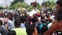 Manifestação na Praça da Independência, em Luanda (2 de Abril de 2011) Foto de Alexandre Neto / VOA