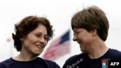 Лейтенант американской армии Тина Стидман со своей партнершей во время акции за право геев открыто служить в армии ,11 ноября 2005 года