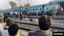 La televisión mostraba varios vagones volcados mientras trabajadores vestidos con trajes reflectantes de color naranja y protegidos por cascos intentaban llegar hasta los pasajeros a través de las ventanas.