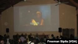 Des spectateurs devant un écran géant Festival Filmer le Monde à Bangui, 16 décembre 2017. (VOA/Freeman Sipila)